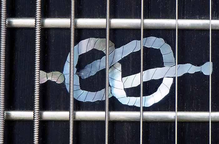 #74 baritone gitaar 8-snarig toets inleg