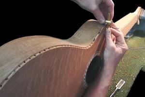 sponningen voor de stootranden worden met een handsnijder uit de Weissenborn gesneden.