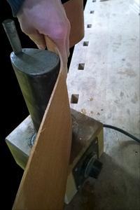 houten zijden met de hand buigen met behulp van een gloeiend hete pijp