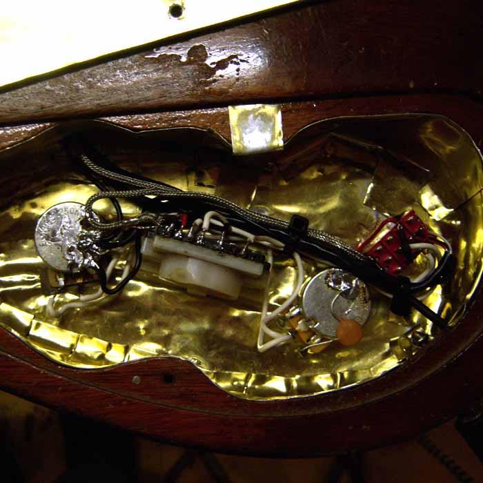 elektrische gitaar opnieuw bedraad en afgeschermd