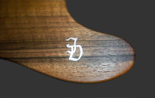 parelmoeren logo in walnoot