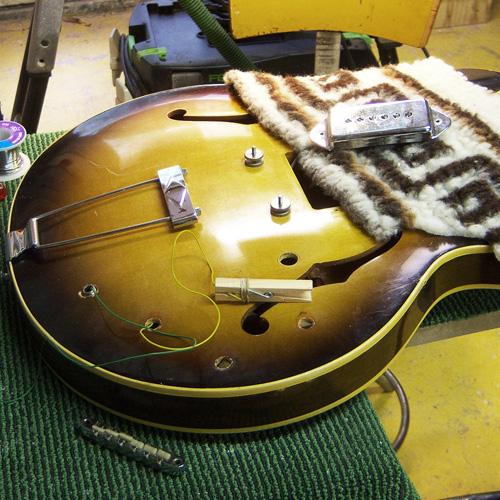 de elektronica van de gitaar wordt weer terug geplaatst in de body