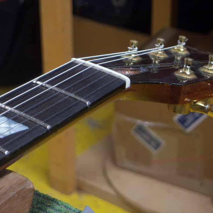 Les Paul gitaar met een nieuw gemaakte benen topkam