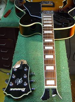 gebroken kop van een Ibanez Artcore gitaar