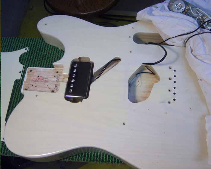 de nieuwe humbucker wordt in de gitaar body gepast