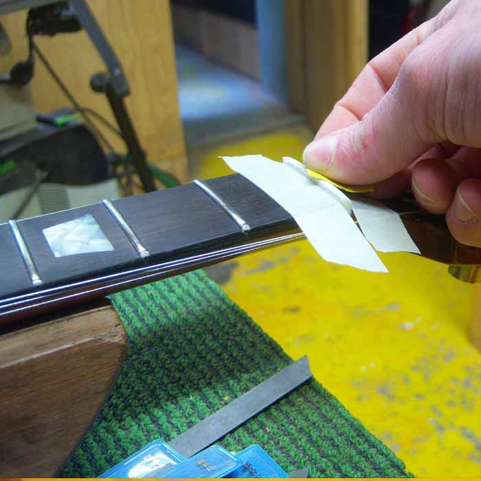 de topkam wordt met schuurpapier afgewerkt